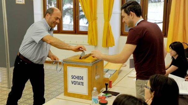 Un elettore al seggio