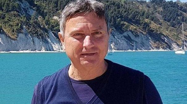 Stefano Tentoni, medico di base riccionese, e in alto la cabina dell'aereo
