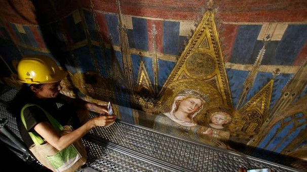 Un particolare della Maestà vista dal ponteggio, come la ammireranno i turisti (Dipietro)