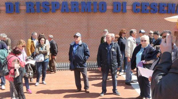 Una manifestazione dei risparmiatori danneggiati dal crollo delle azioni Carisp (Ravaglia)