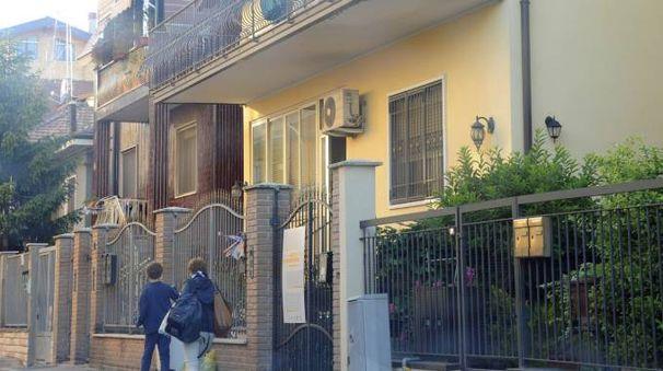 La villetta di via Nearco è divisa a metà: da una parte vivono i profughi minorenni e dall'altra Rocco Papalia