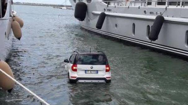 L'auto finita in mare