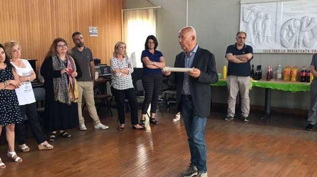 Il saluto del sindaco uscente Francesco Pietrini ai dipendenti comunali. Sotto al lavoro nell'ufficio elettorale