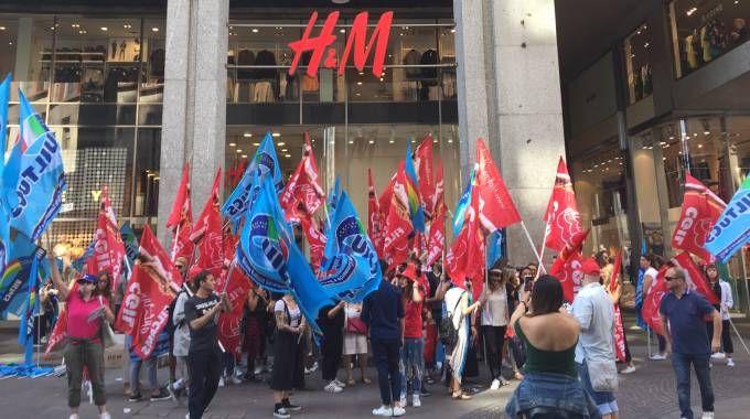 La protesta dei lavoratori di H&M in San Babila