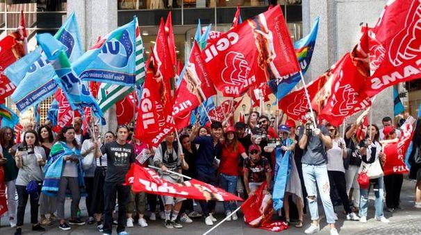 La protesta dei lavoratori davanti al negozio H&M di piazza San Babila