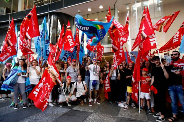 La protesa delle lavoratrici e dei lavoratori di H&M a rischio licenziamento in piazza San Babila