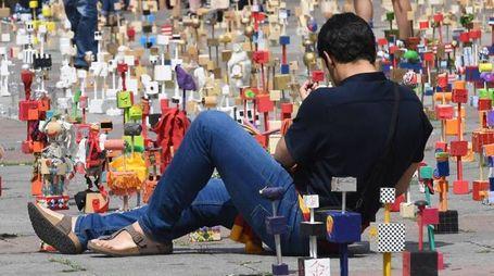 Un tappeto di oggetti riciclati in piazza Maggiore (Schicchi)