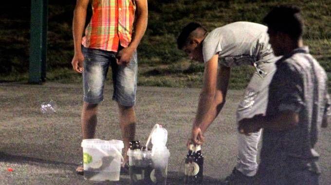 Venditori abusivi di alcolici alla Darsena