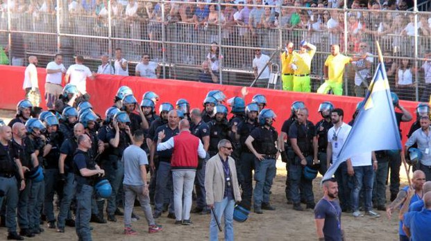 La polizia in campo (Umberto Visintini / New Press Photo)