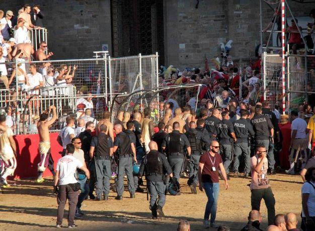 La polizia (Umberto Visintini / New Press Photo)
