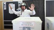 Genova, Beppe Grillo vota col casco (Lapresse)
