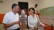 Patrizia Bisinella, candidata sindaco a Verona, nel suo seggio con il sindaco uscente Flavio Tosi (Ansa)
