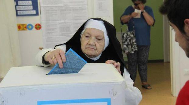 Elezioni comunali 2017, una suora vota a L'Aquila (Ansa)