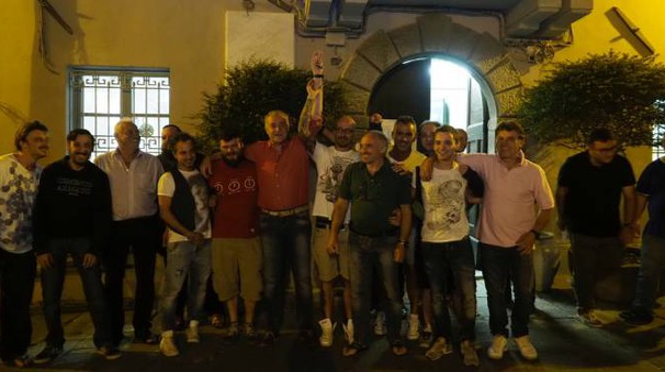 Belli, in camicia rossa, al centro, festeggia