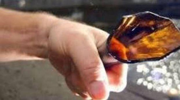 L'uomo, 41 anni, ha rotto alcune  bottiglie ed ha aggredito i clienti