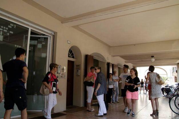 L'arrivo della mamma di Luciano, Rina, nella sede del fan club (foto Parmeggiani)