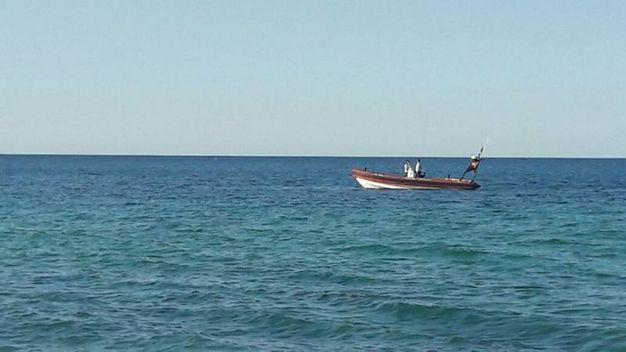 L'arrivo dei gommoni di polizia e guardia costiera per il recupero della mina ritrovata da un bagnante nel tratto di mare tra la Torre e lo stabilimento di Paolo Bonetti a Portonovo