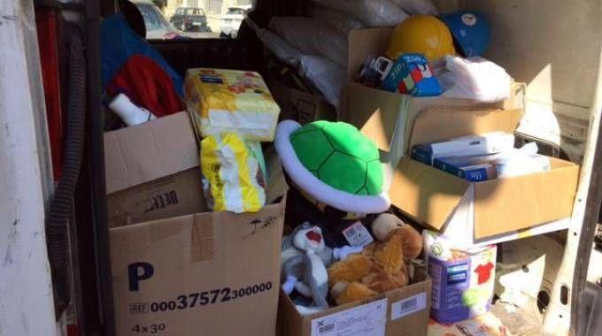 I giocattoli destinati ai bambini terremotati nel furgone (Ansa)