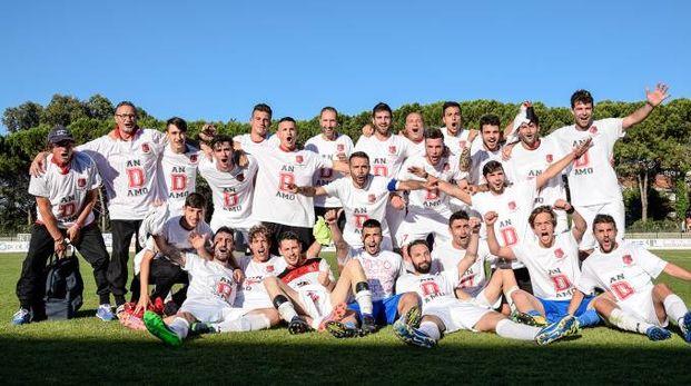 Esplosione di gioia a Francavilla dopo la vittoria che porta la squadra in D (Fotoprint)