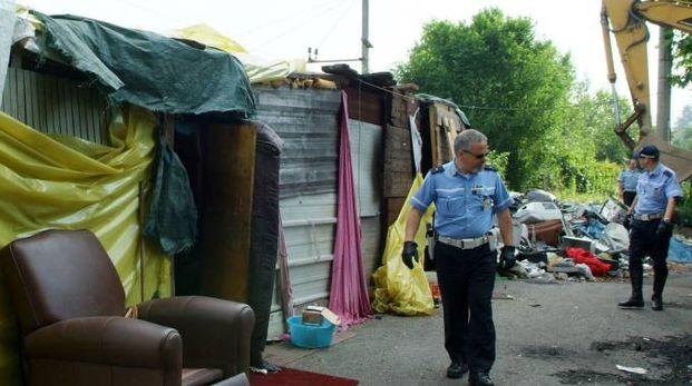 Polizia locale in un campo rom