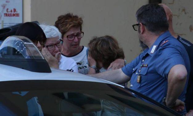 Forze dell'ordine e testimoni davanti alla gioielleria di via Battelli (Foto Valtriani)