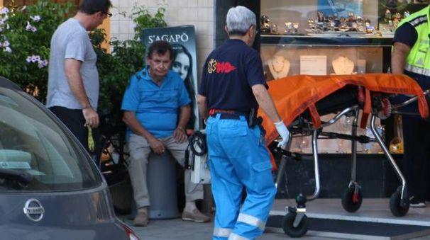 Daniele Ferretti, seduto, e i soccorsi al rapinatore (Foto Valtriani)