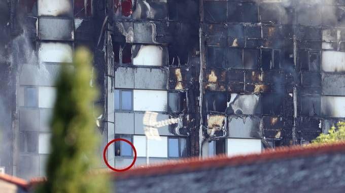 Incendio a Londra, intrappolati tra le fiamme