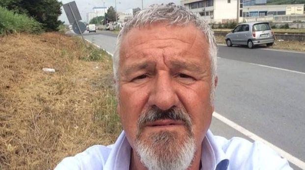 Il consigliere comunale Stefano Benedetti si è fotografato davanti allo «scempio» di via Dorsale