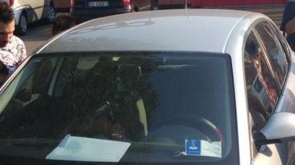 L'auto con dentro il bambino