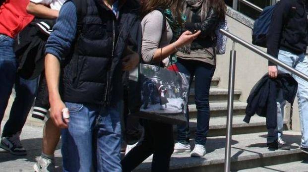 Nella foto di archivio i ragazzi del Donegani all'uscita (National Press)
