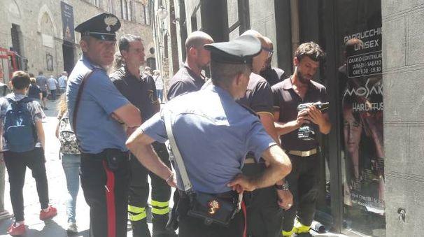 VIGILI DEL FUOCO Una squadra ha lavorato 45 minuti in via di Città per riuscire ad aprire la porta del parrucchiere dopo la visita dei ladri