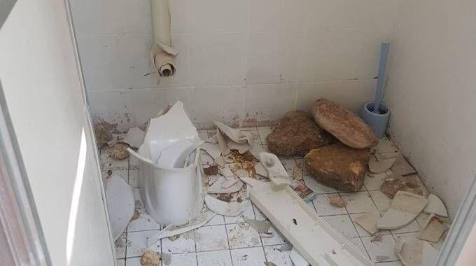 Ancona, raid dei vandali ai bagni pubblici di Portonovo