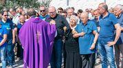 Una grande folla ha dato l'addio a Roberto Amici, il ristoratore di 48 anni di Monte Urano, morto a seguito di aneurisma (Foto Zeppilli)