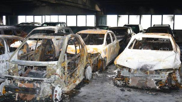 Le auto bruciate nel parcheggio