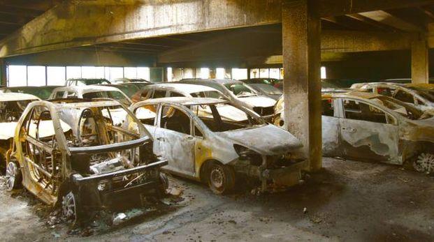Le auto incendiate in un parcheggio a Grassobbio