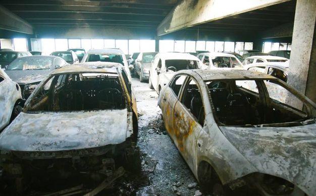 La auto devastate dalle fiamme (De Pascale)