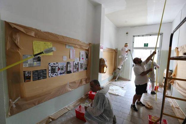 Lavoratori Norgren imbiancano la scuola (fotoservizio Rossi)