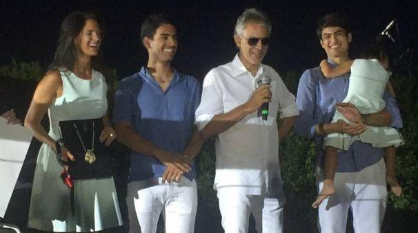 FELICE Andrea Bocelli con i suoi tre figli insieme alla moglie Veronica Berti. Tutti raggianti per la bella struttura