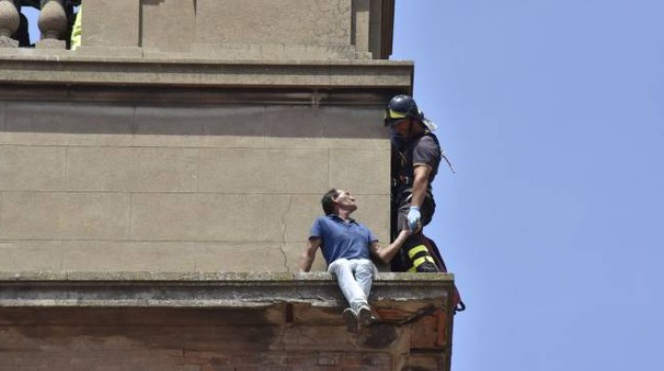 IL SALVATAGGIO SPETTACOLARE Il muratore rumeno mentre viene recuperato dal pompiere