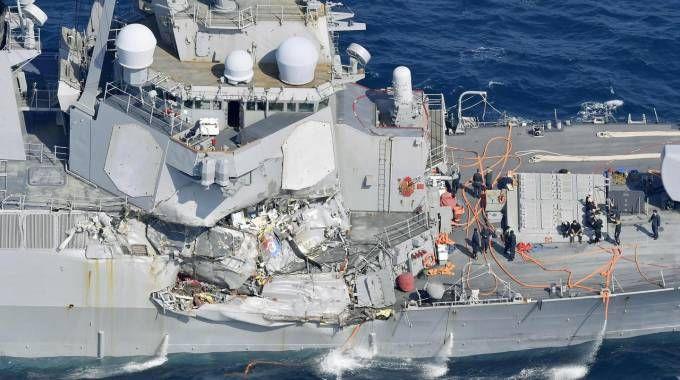 I danni sul cacciatorpediniere Usa dopo l'impatto con il mercantile (Ansa)