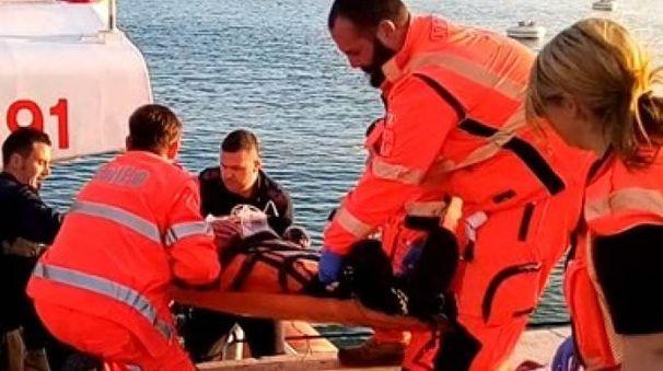 Sia i militari della Guardia costiera che i sanitari del 118 hanno tentato a lungo di rianimare il turista