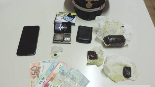 La droga e il denaro sequestrati dai carabinieri di Saltara al pusher 30enne