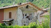 Il paese di Visso, a otto mesi dal terremoto, appare abitato solo dai fantasmi tra macerie, case squarciate, strade impraticabili (foto Calavita)