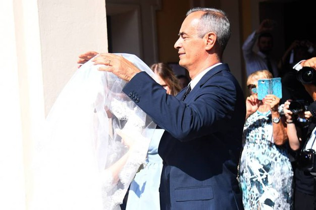 Prima di entrare in chiesa (Foto Schicchi)