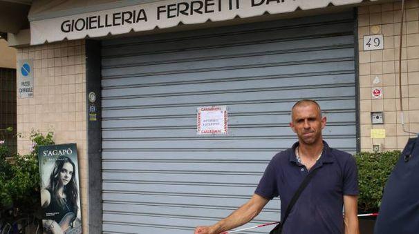 Il negozio dove è avvenuta la rapina (foto Valtriani)