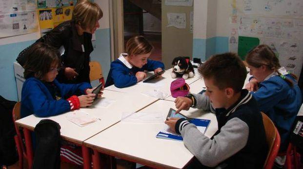Un momento del progetto sui banchi di scuola