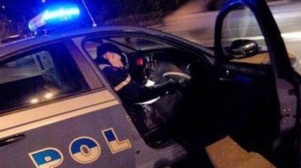 La polizia è intervenuta appena allertata: gli agenti sono stati aggrediti dai due giovani prima dell'arresto