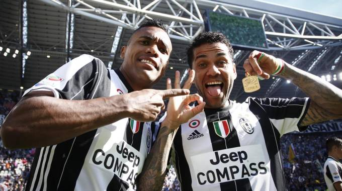 Dani Alves e Alex Sandro