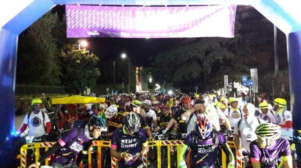 La partenza della «Bike Night» da parco Massari, ieri a mezzanotte: oltre 1400 i partecipanti