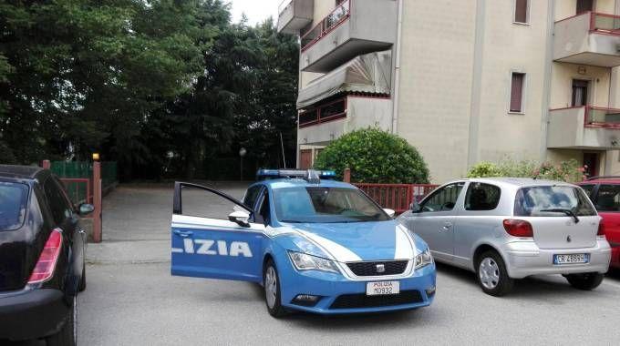 La polizia davanti all'edificio di Chirignago dove è avvenuto il duplice omicidio (Ansa)